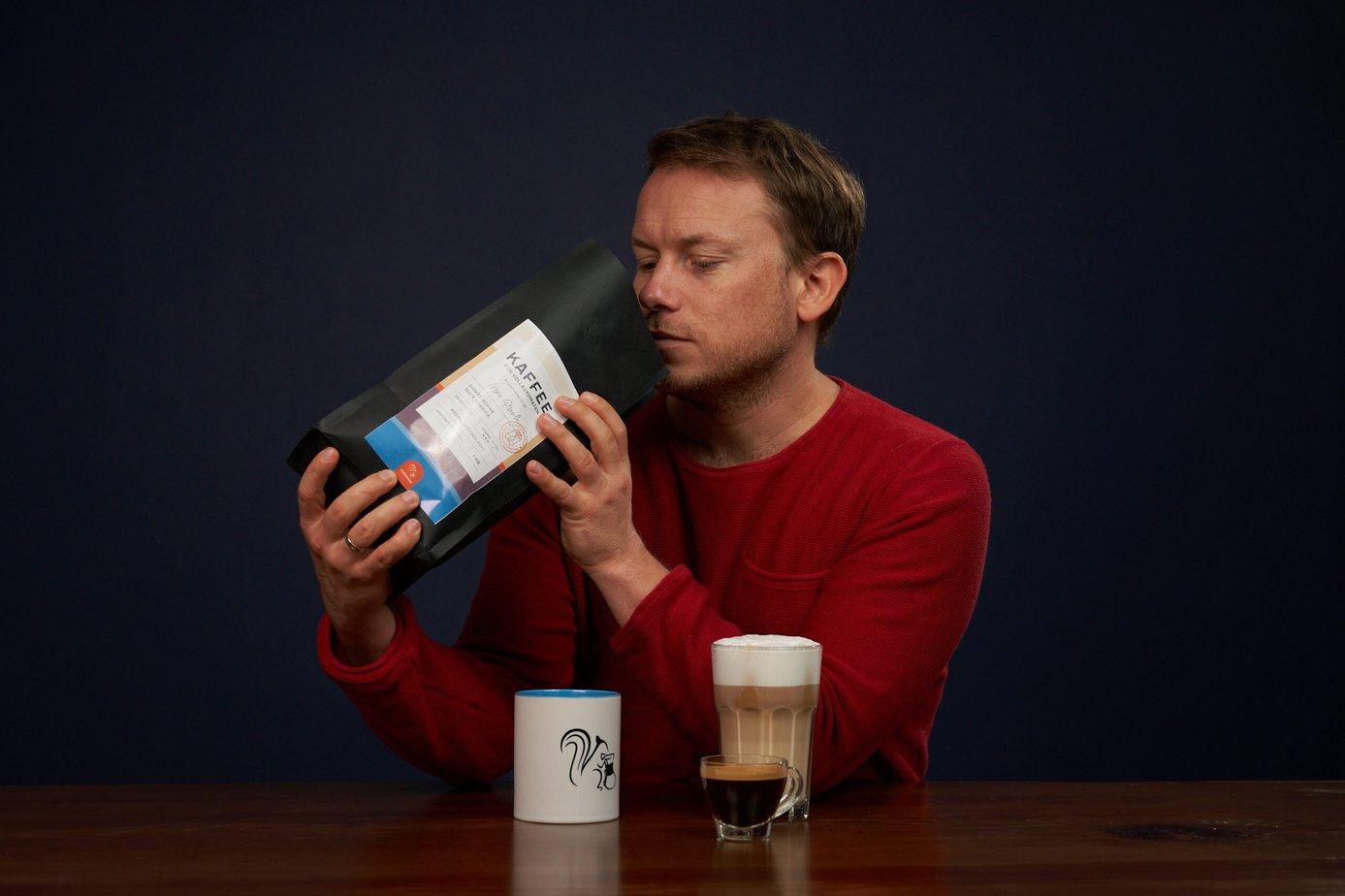 Kaffee fuer Vollautomaten Arne geniesst den Geruch der Bohnen