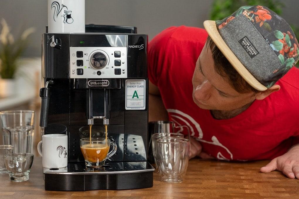 Arne beobachtet gespannt den Espressobezug aus dem DeLonghi Magnifica