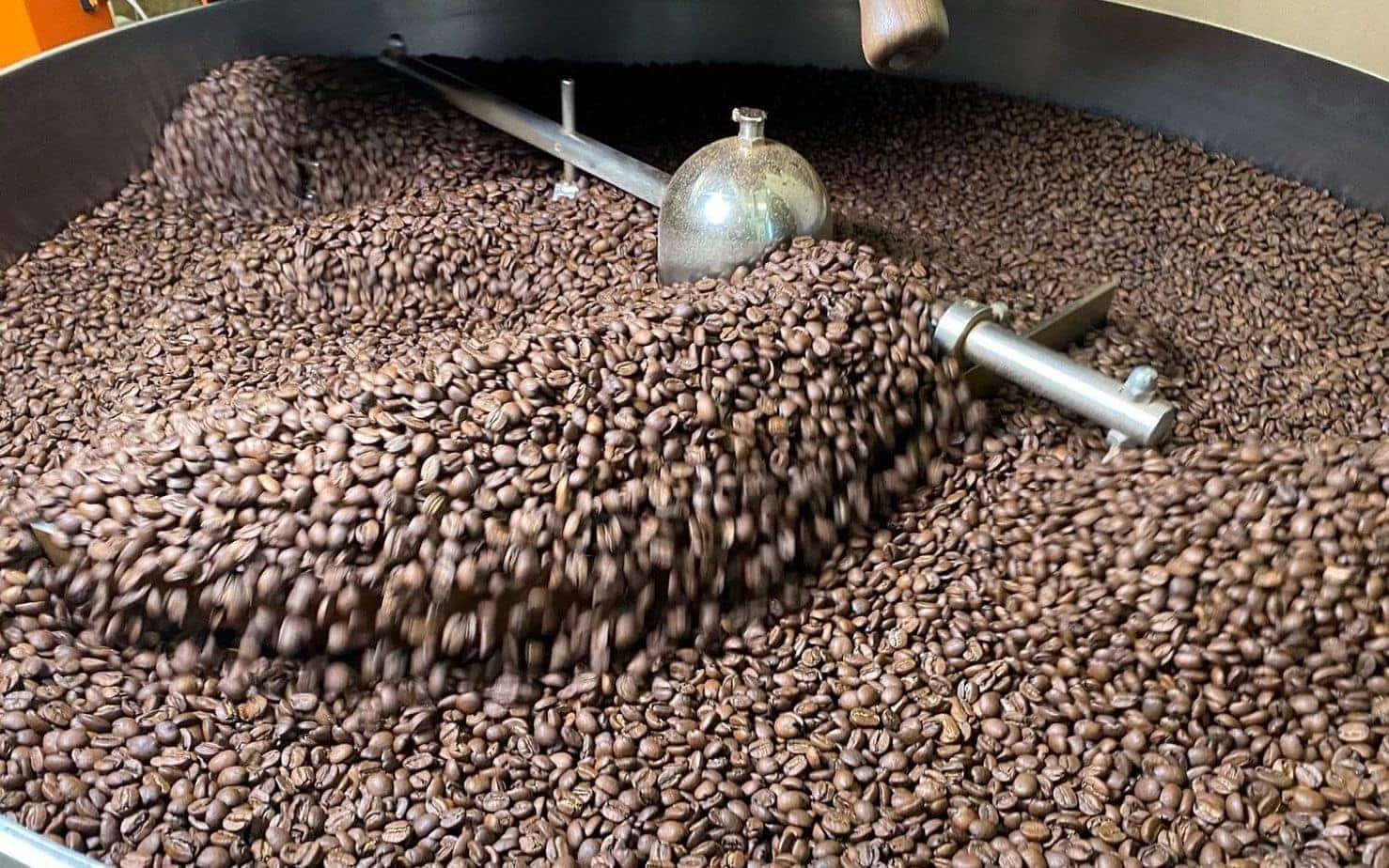 Backyard Coffee Coffeeness Kaffeebohnen beim roesten